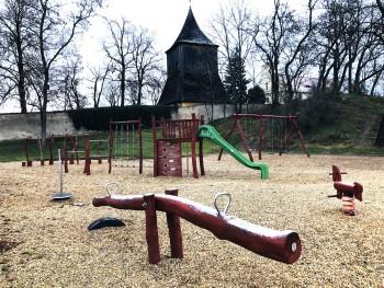 Dětské hřiště naproti parcelám
